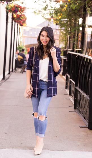 Как и с чем носить: темно-синий пиджак в клетку, белая кружевная майка, голубые рваные джинсы скинни, бежевые кожаные туфли