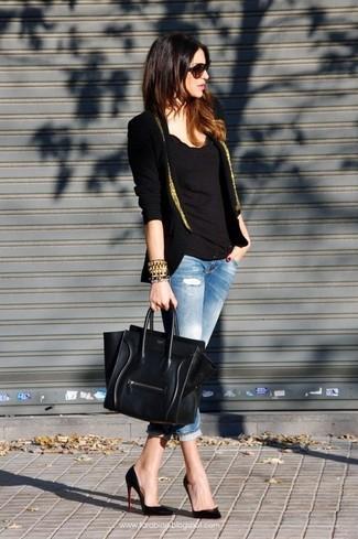 Черно-золотой пиджак и голубые рваные джинсы скинни великолепно впишутся в ансамбль в непринужденном стиле. Что касается обуви, можно отдать предпочтение классическому стилю и выбрать черные кожаные туфли.