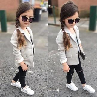 Как и с чем носить: серый пиджак, белая майка, черные джинсы, белые кеды