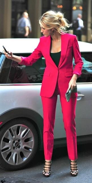 Как и с чем носить: ярко-розовый пиджак, черная майка, ярко-розовые классические брюки, черные кожаные гладиаторы