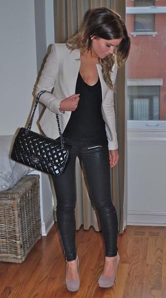 Если ты ценишь удобство и практичность, тебе понравится сочетание серого пиджака и черных кожаных леггинсов. Если ты не боишься сочетать в своих луках разные стили, на ноги можно надеть серые замшевые туфли.