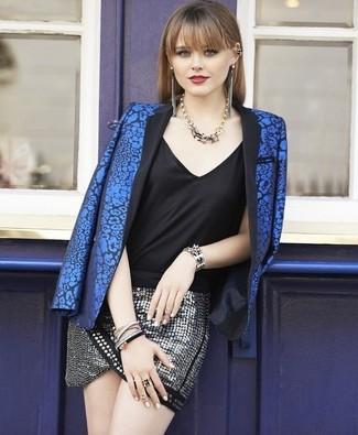 Как и с чем носить: синий пиджак с цветочным принтом, черная шелковая майка, серебряная мини-юбка с пайетками, золотое колье