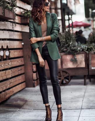 Как и с чем носить: темно-зеленый пиджак, коричневая майка, черные кожаные узкие брюки, темно-коричневые ботильоны на резинке