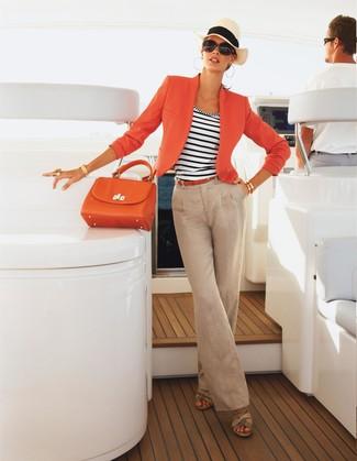 Как и с чем носить: оранжевый пиджак, бело-темно-синяя майка в горизонтальную полоску, бежевые льняные широкие брюки, бежевые кожаные босоножки на танкетке