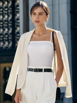 Как и с чем носить: белый пиджак, белая майка, белые широкие брюки, черная кожаная сумка через плечо