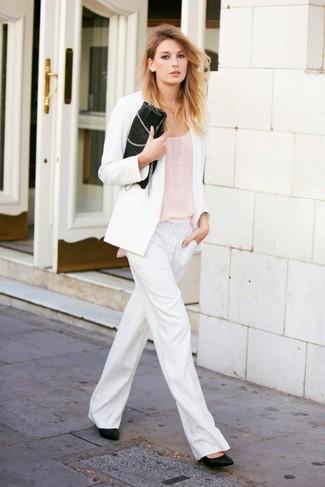 Как и с чем носить: белый пиджак, бежевая майка, белые широкие брюки, черные кожаные туфли
