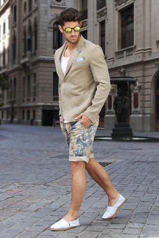 Как и с чем носить: бежевый пиджак, белая майка, бежевые шорты с цветочным принтом, белые эспадрильи из плотной ткани