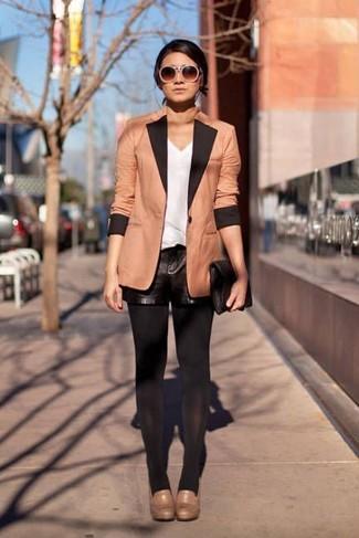 Как и с чем носить: светло-коричневый пиджак, белая майка, черные кожаные шорты, светло-коричневые кожаные туфли