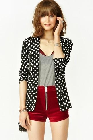 С чем носить черно-белый пиджак в горошек женщине: Современным модницам, которые хотят быть в курсе последних тенденций, рекомендуем взять на заметку это сочетание черно-белого пиджака в горошек и темно-красных бархатных шорт.