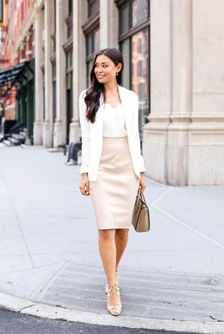 Как и с чем носить: белый пиджак, белая шелковая майка, бежевая кожаная юбка-карандаш, бежевые кожаные босоножки на каблуке