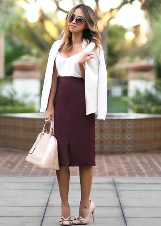 Как и с чем носить: белый пиджак, белая шелковая майка, темно-красная юбка-карандаш, бежевые кожаные туфли