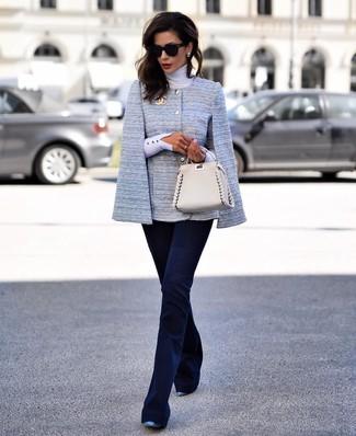 Как и с чем носить: голубой пиджак-накидка, белая водолазка, темно-синие брюки-клеш, синие кожаные туфли