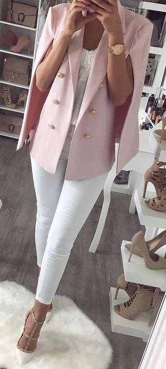 Розовый пиджак-накидка: с чем носить и как сочетать: Составив ансамбль из розового пиджака-накидки и белых джинсов скинни, можно спокойно отправляться на свидание с парнем или посиделки с друзьями в непринужденной обстановке. Идеально здесь смотрятся белые кожаные туфли с шипами.