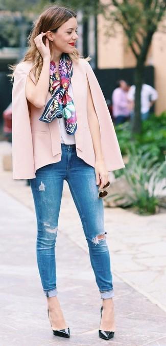 Как и с чем носить: розовый пиджак-накидка, белый шелковый топ без рукавов, синие рваные джинсы скинни, черные кожаные туфли
