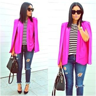 Как и с чем носить: ярко-розовый пиджак-накидка, бело-черная футболка с круглым вырезом в горизонтальную полоску, темно-синие рваные джинсы скинни, черные кожаные туфли