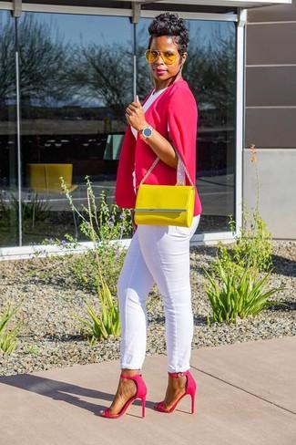 Белые джинсы: с чем носить и как сочетать женщине: Ярко-розовый пиджак-накидка и белые джинсы — необходимые предметы в гардеробе дам с замечательным вкусом в одежде. Весьма выигрышно здесь будут смотреться ярко-розовые кожаные босоножки на каблуке.