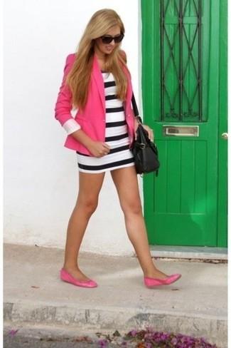 Как и с чем носить: ярко-розовый пиджак, бело-черное облегающее платье в горизонтальную полоску, ярко-розовые кожаные балетки, черная кожаная сумка через плечо