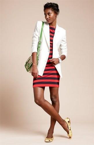 Как и с чем носить: белый пиджак, красное облегающее платье в горизонтальную полоску, желтые кожаные балетки, зеленая кожаная сумка через плечо