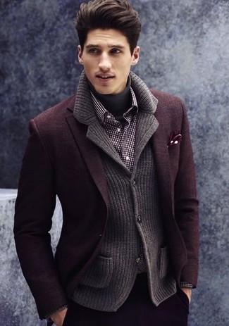 Модный лук: темно-красный шерстяной пиджак, темно-серый вязаный пиджак, темно-серая водолазка, черно-белая рубашка с длинным рукавом в мелкую клетку