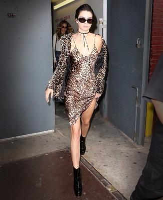 Как и с чем носить: коричневый бархатный пиджак с леопардовым принтом, светло-коричневое шелковое платье-комбинация с леопардовым принтом, черные кожаные массивные ботильоны, черная кожаная сумка через плечо