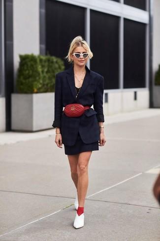 Как и с чем носить: черный пиджак, черное платье-майка, белые кожаные туфли, красная кожаная поясная сумка