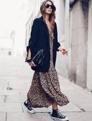 Как и с чем носить: черный пиджак, светло-коричневое платье-макси с леопардовым принтом, черно-белые высокие кеды из плотной ткани, черная кожаная сумка-саквояж