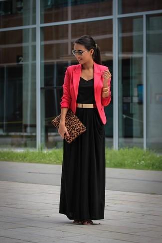 Как и с чем носить: ярко-розовый пиджак, черное платье-макси, золотые кожаные сандалии на плоской подошве, коричневый замшевый клатч с леопардовым принтом