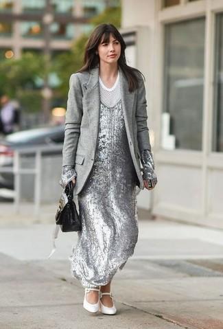 Как и с чем носить: серый шерстяной пиджак, серебряное платье-макси с пайетками, белая футболка с круглым вырезом в сеточку, белые кожаные туфли