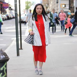 Розовые носки: с чем носить и как сочетать женщине: Если ты ценишь комфорт и функциональность, бело-черный пиджак в горошек и розовые носки — великолепный выбор для расслабленного лука на каждый день. Серые слипоны становятся превосходным дополнением к твоему наряду.