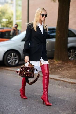 Как и с чем носить: черный пиджак, белое платье-рубашка, красные кожаные ботфорты, темно-красная замшевая сумка через плечо