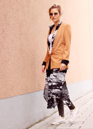 Как и с чем носить: светло-коричневый пиджак, черно-белое шифоновое платье-рубашка с принтом, белая майка, темно-серые леггинсы