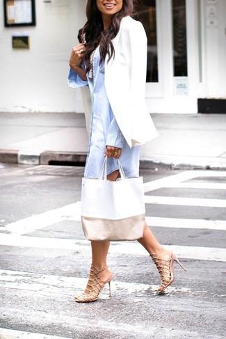 Как и с чем носить: белый пиджак, голубое платье-рубашка, белая майка, бежевые кожаные босоножки на каблуке