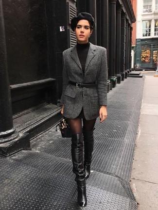 Как и с чем носить: темно-серый шерстяной пиджак, черное платье-свитер, черные кожаные ботфорты, черная кожаная сумочка