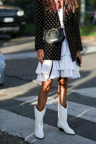 Как и с чем носить: черно-белый пиджак с принтом, белое платье с пышной юбкой с рюшами, белые кожаные ковбойские сапоги, черная кожаная сумка через плечо