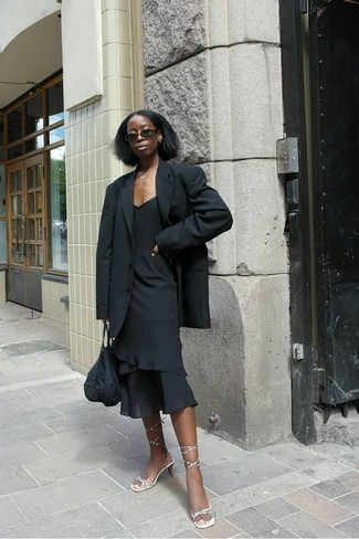 Как и с чем носить: черный пиджак, черное платье-футляр с рюшами, золотые кожаные босоножки на каблуке, черная большая сумка крючком