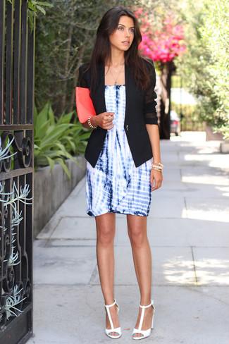 Как и с чем носить: черный пиджак, синее платье-футляр c принтом тай-дай, белые кожаные босоножки на каблуке, ярко-розовый кожаный клатч