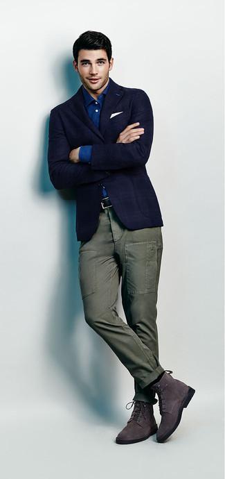 Как и с чем носить: темно-синий пиджак в шотландскую клетку, синяя рубашка с длинным рукавом из шамбре, оливковые брюки карго, темно-серые замшевые классические ботинки