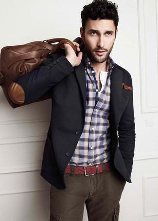 Модный лук: темно-серый пиджак, синяя рубашка с длинным рукавом в шотландскую клетку, темно-серые брюки карго, коричневая кожаная дорожная сумка