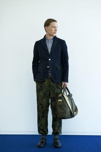 Оливковый портфель из плотной ткани: с чем носить и как сочетать: Такое лаконичное и комфортное сочетание базовых вещей, как темно-синий хлопковый пиджак и оливковый портфель из плотной ткани, придется по вкусу мужчинам, которые любят проводить дни в постоянном движении. Что касается обуви, можешь отдать предпочтение классическому стилю и выбрать черные кожаные туфли дерби.