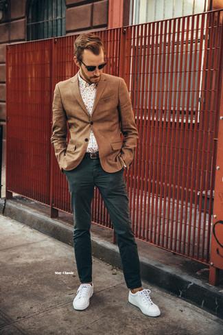 Как и с чем носить: коричневый шерстяной пиджак, бежевая рубашка с длинным рукавом с цветочным принтом, темно-зеленые брюки чинос, белые плимсоллы