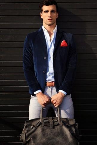 Как и с чем носить: темно-синий бархатный пиджак, белая рубашка с длинным рукавом, серые брюки чинос, темно-серая кожаная дорожная сумка