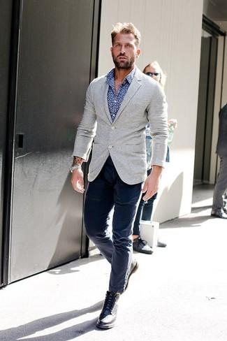 Как и с чем носить: серый шерстяной пиджак, синяя рубашка с длинным рукавом с принтом, темно-синие брюки чинос, черные кожаные ботинки броги