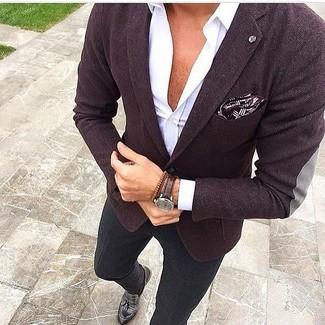 Модный лук: темно-пурпурный пиджак, белая рубашка с длинным рукавом, черные брюки чинос, черные кожаные лоферы с кисточками