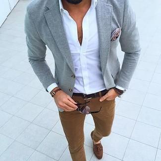 Как и с чем носить: серый пиджак, белая рубашка с длинным рукавом, табачные брюки чинос, коричневые замшевые лоферы с кисточками
