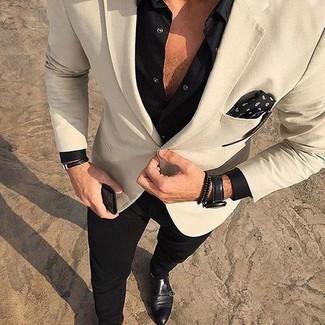 Модный лук: бежевый пиджак, черная рубашка с длинным рукавом, черные брюки чинос, черные кожаные монки с двумя ремешками