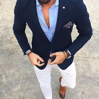 Модный лук: темно-синий пиджак, голубая рубашка с длинным рукавом, белые брюки чинос, коричневые кожаные монки с двумя ремешками