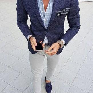 Модный лук: темно-синий шерстяной пиджак, голубая рубашка с длинным рукавом в мелкую клетку, серые брюки чинос, темно-синие замшевые лоферы с кисточками