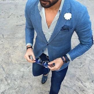 Модный лук: синий пиджак, белая рубашка с длинным рукавом в горошек, темно-синие брюки чинос, темно-синие кожаные лоферы с кисточками