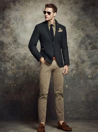 Как и с чем носить: черный шерстяной пиджак, оливковая рубашка с длинным рукавом, светло-коричневые брюки чинос, темно-коричневые замшевые лоферы с кисточками