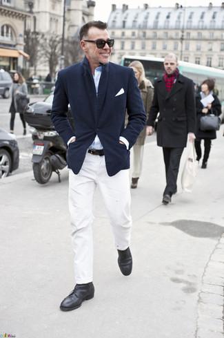 Как и с чем носить: темно-синий пиджак, голубая рубашка с длинным рукавом, белые брюки чинос, черные кожаные ботинки дезерты